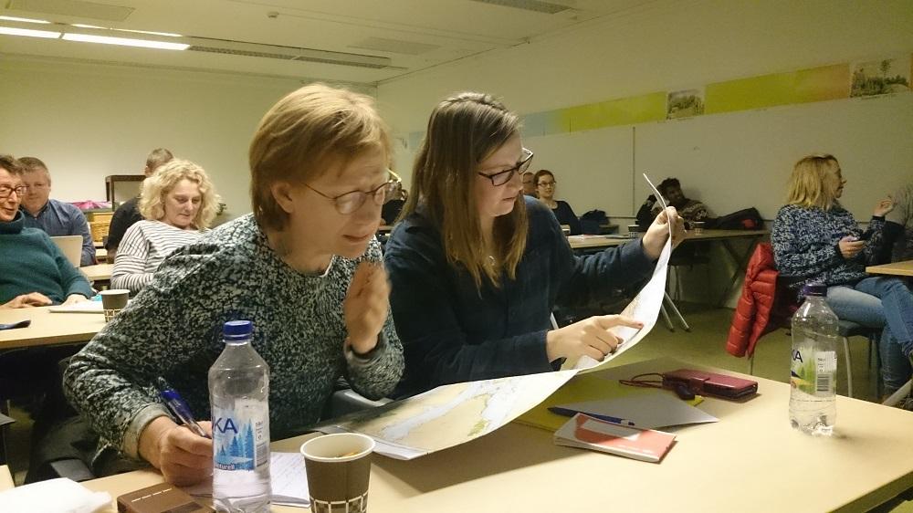 Ulla och Jenny kollar sjökort!