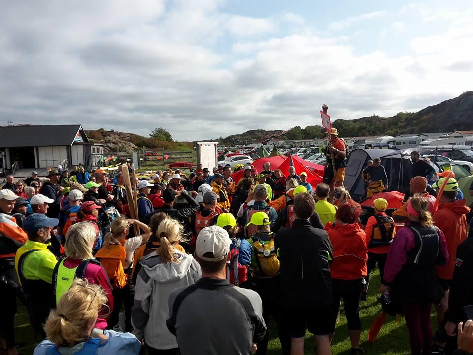 Lars Magnussons bild av gruppen som lyssnar på när Jens säger hej och välkommen till alla färgglada människor!