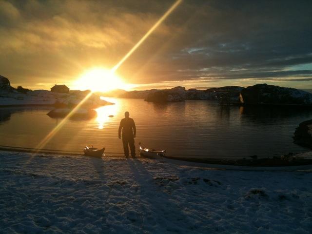 paddlare i solnedgång